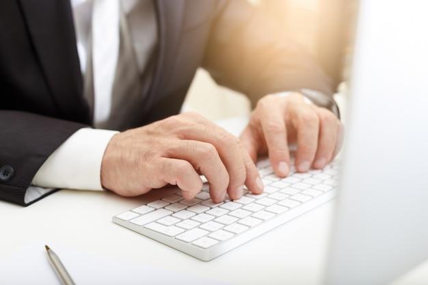 Bedrijfsmens die moderne computer met behulp van
