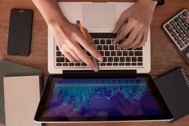 Bedrijfsmens die op kantoor met laptop en documenten aan zijn bureau, het concept van de adviseuradvocaat werken