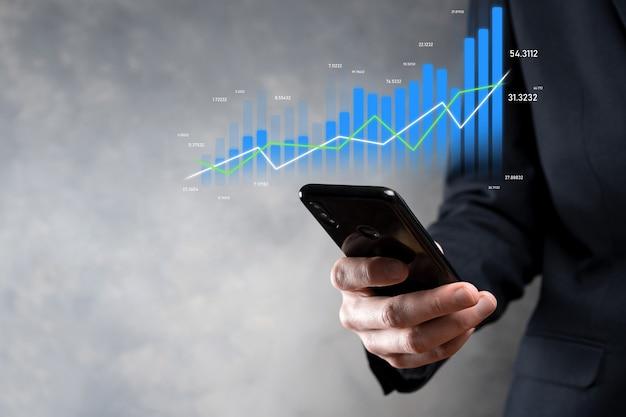 Bedrijfsmens die tablet houdt en holografische grafieken en beursstatistieken toont, wint winst. concept van groeiplanning en bedrijfsstrategie. weergave van een goed economisch formulier digitaal scherm.
