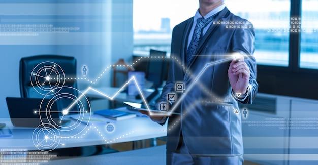 Bedrijfsmens in blauw grijs kostuum die digitale pen gebruiken die met digitaal virtueel het scherm bedrijfsconcept werken