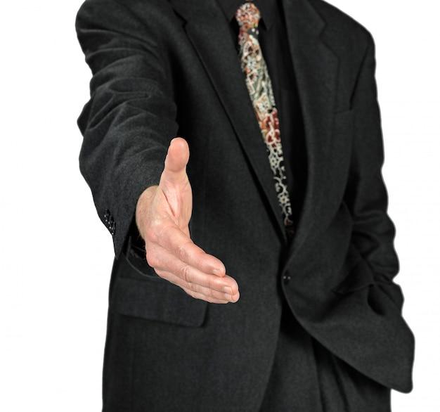 Bedrijfsmens met een open hand klaar om een overeenkomst te verzegelen