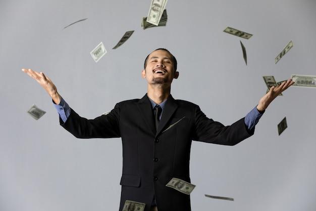Bedrijfsmens met geld op grijze achtergrond