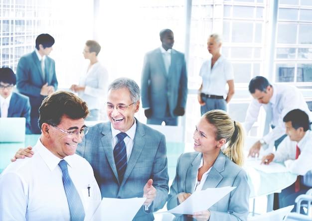 Bedrijfsmensen die bespreking collectief team concept ontmoeten