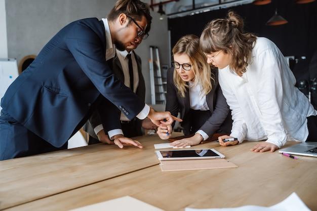 Bedrijfsmensen die bespreking hebben op vergadering