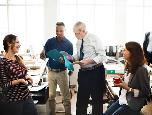 Bedrijfsmensen die besprekings het werk bureaubegrip ontmoeten