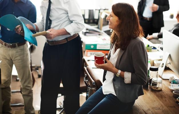 Bedrijfsmensen die besprekings het werk bureauconcept ontmoeten
