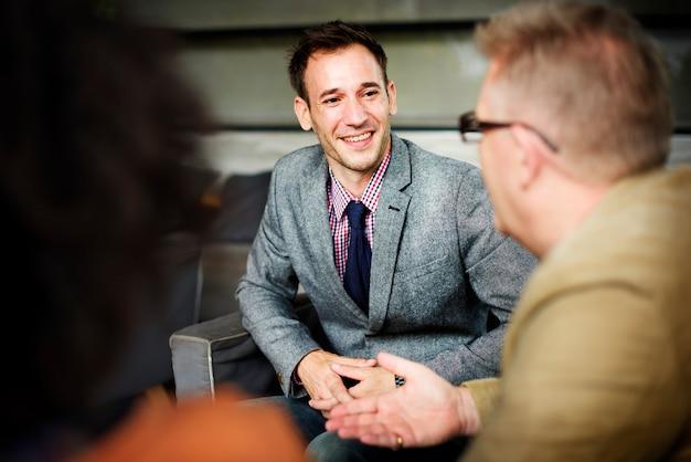 Bedrijfsmensen die collectief besprekingsconcept ontmoeten