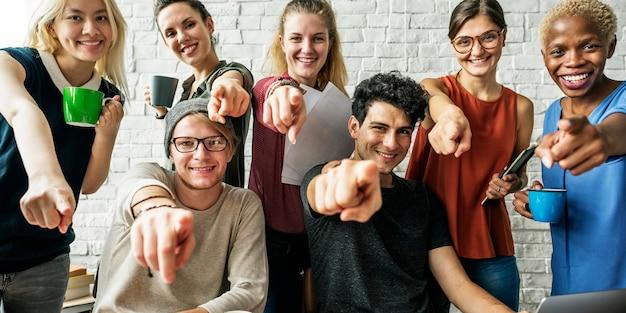 Bedrijfsmensen die conferentiebespreking collectief concept ontmoeten