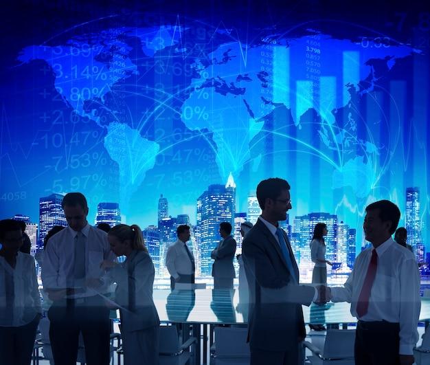 Bedrijfsmensen die conferentieseminarie ontmoeten die strategieconcept delen