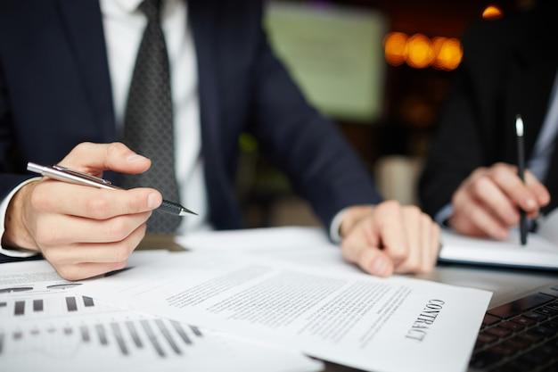 Bedrijfsmensen die contractclose-up ondertekenen