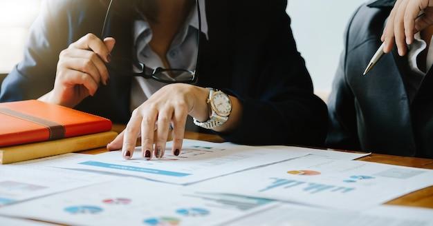 Bedrijfsmensen die de analyseconcept van de planningsstrategie ontmoeten