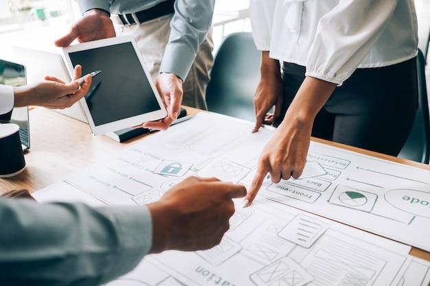 Bedrijfsmensen die de vergaderingsbrainstorming analyseren van de investeringsgrafiek en plan in vergaderzaal bespreken, investeringsconcept