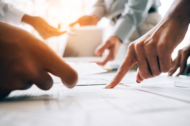 Bedrijfsmensen die de vergaderingsbrainstorming analyseren van de investeringsgrafiek en plan, investeringsconcept bespreken