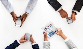 Bedrijfsmensen die digitale die apparaten met behulp van op witte achtergrond worden geïsoleerd