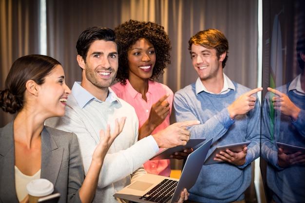 Bedrijfsmensen die een grafiek in de conferentieruimte bekijken