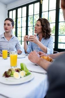 Bedrijfsmensen die een vergadering in restaurant hebben