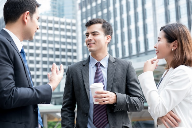 Bedrijfsmensen die en zich buiten bureau bevinden spreken