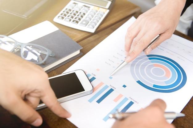 Bedrijfsmensen die financieel document analyseren