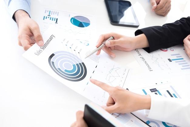 Bedrijfsmensen die financiële grafieken bespreken en analyseren