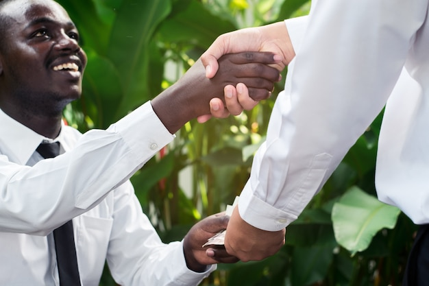 Bedrijfsmensen die handen na contract ondertekenen ondertekenen bij de koffiewinkel