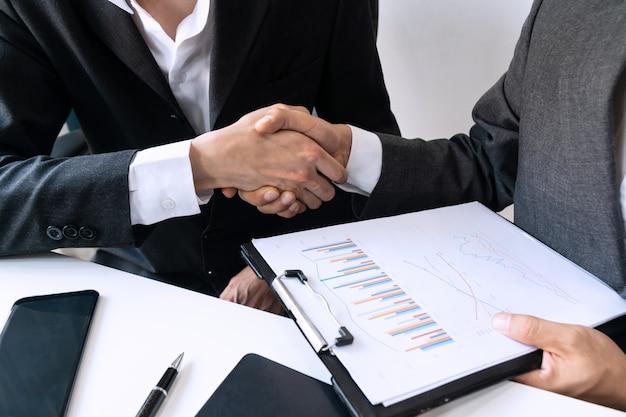 Bedrijfsmensen die handen schudden, een vergadering, bedrijfs en bureauconcept beëindigen