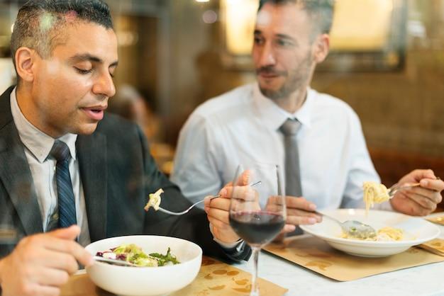 Bedrijfsmensen die het concept van het lunchrestaurant hebben