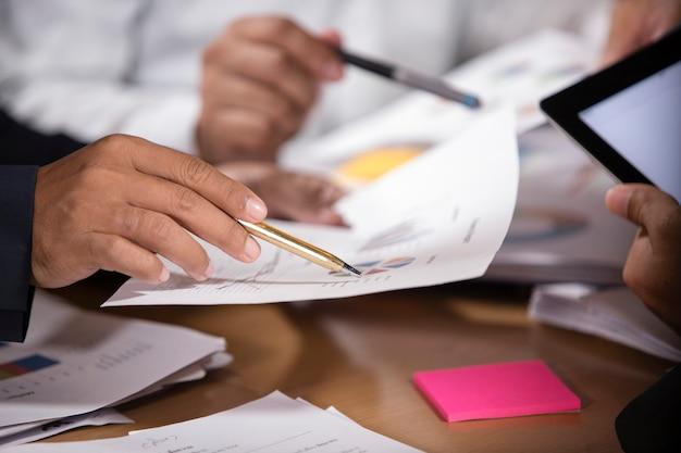 Bedrijfsmensen die het concept van ontwerpideeën ontmoeten. bedrijfsplanning