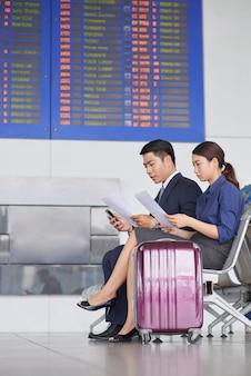 Bedrijfsmensen die in luchthaven wachten
