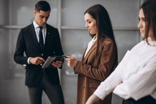 Bedrijfsmensen die in team in een bureau werken