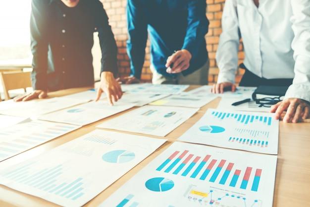Bedrijfsmensen die laptop van het de analyseconcept van de planningsstrategie vergadering ontmoeten