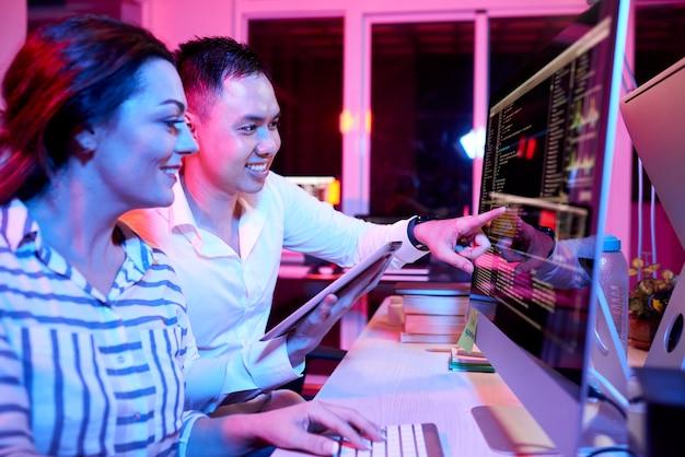Bedrijfsmensen die met computerprogramma op kantoor werken