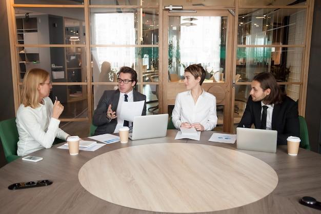 Bedrijfsmensen die nieuw ontwerpproject bespreken op uitvoerende teamvergadering