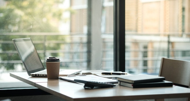 Bedrijfsmensen die ontwerpideeën ontmoeten professionele investeerder die nieuw startproject werken. bedrijfsplanning in kantoor