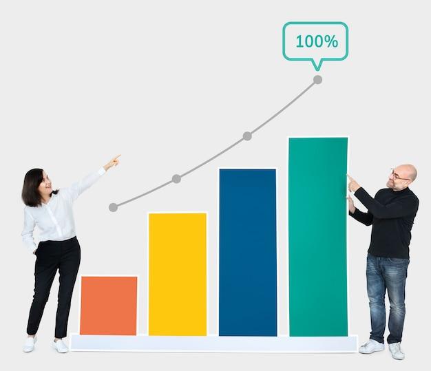 Bedrijfsmensen die ontwikkeling op een grafiek tonen