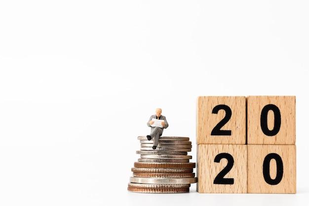 Bedrijfsmensen die op houten blok nummer 2020 zitten