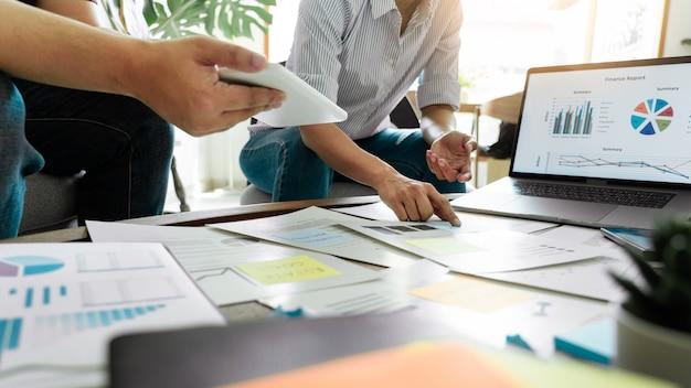 Bedrijfsmensen die op kleverige nota's voor collega's denken die strategisch businessplan of over probleem in coworkingbureau denken, divers uitwisselings van ideeën commercieel vergaderingsconcept.