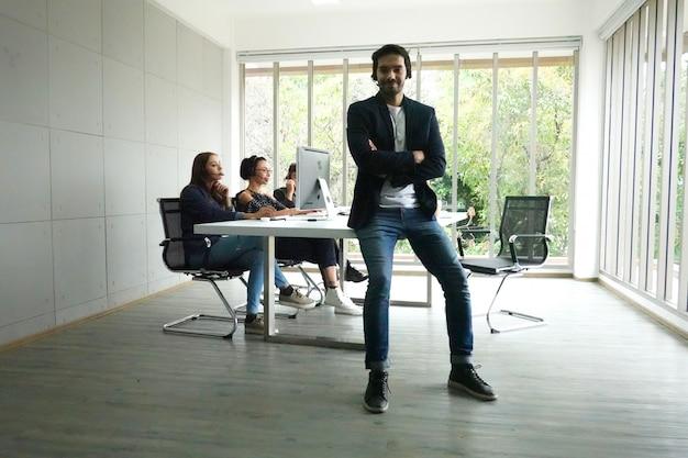 Bedrijfsmensen die op telefoon met hoofdtelefoon op kantoor spreken