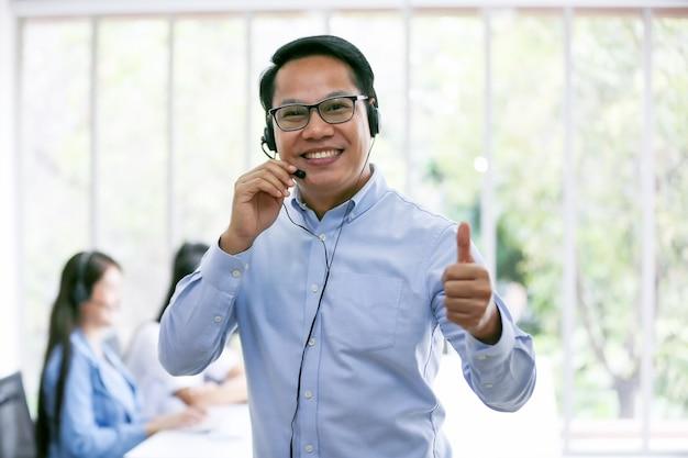 Bedrijfsmensen die op telefoon met hoofdtelefoon op kantoor voor de dienstconcept van de klantenhulp spreken