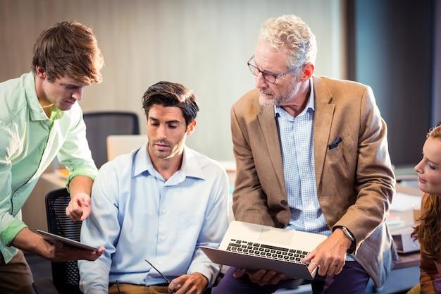 Bedrijfsmensen die over digitale tablet bespreken