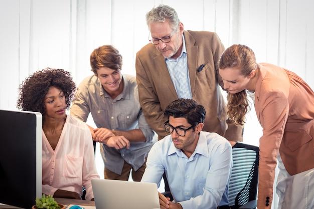 Bedrijfsmensen die over laptop bespreken