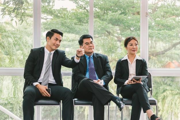 Bedrijfsmensen die presentatie over project bekijken