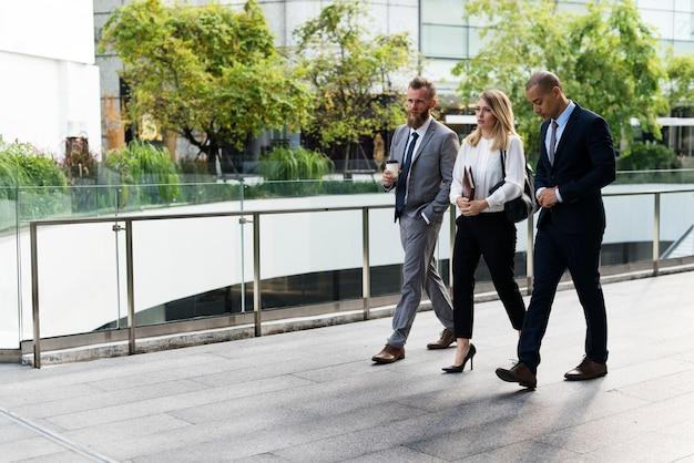 Bedrijfsmensen die samen buiten het bureau lopen