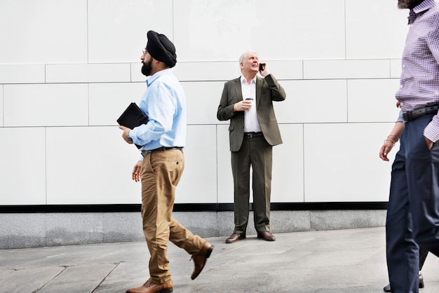 Bedrijfsmensen die samen concept lopen