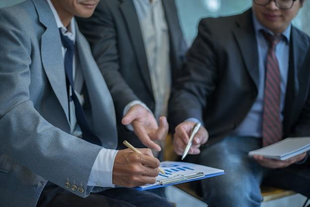 Bedrijfsmensen die samen in vergaderzaal bespreken