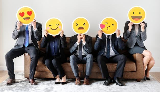 Bedrijfsmensen die samen met pictogrammen zitten