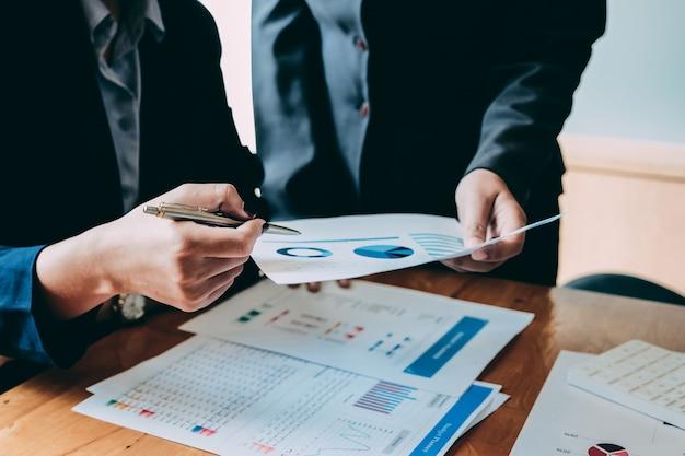 Bedrijfsmensen die statistieken bedrijfsdocumenten, financieel concept analyseren