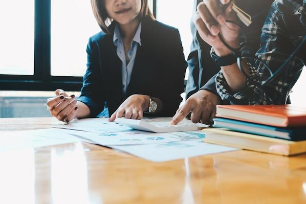 Bedrijfsmensen die strategieanalyse van financieel documentrapport plannen, bureauconcept