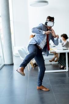 Bedrijfsmensen die team opleidingsoefening maken tijdens team de bouwseminarie die VR-glazen gebruiken