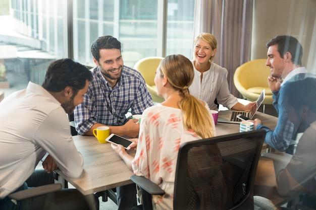Bedrijfsmensen die tijdens een vergadering op elkaar inwerken