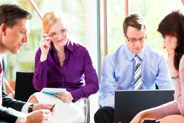 Bedrijfsmensen die vergadering in bureau hebben